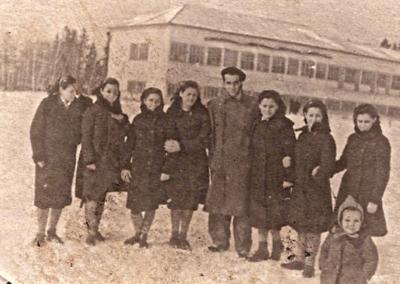 1ª por la derecha, Oliva González