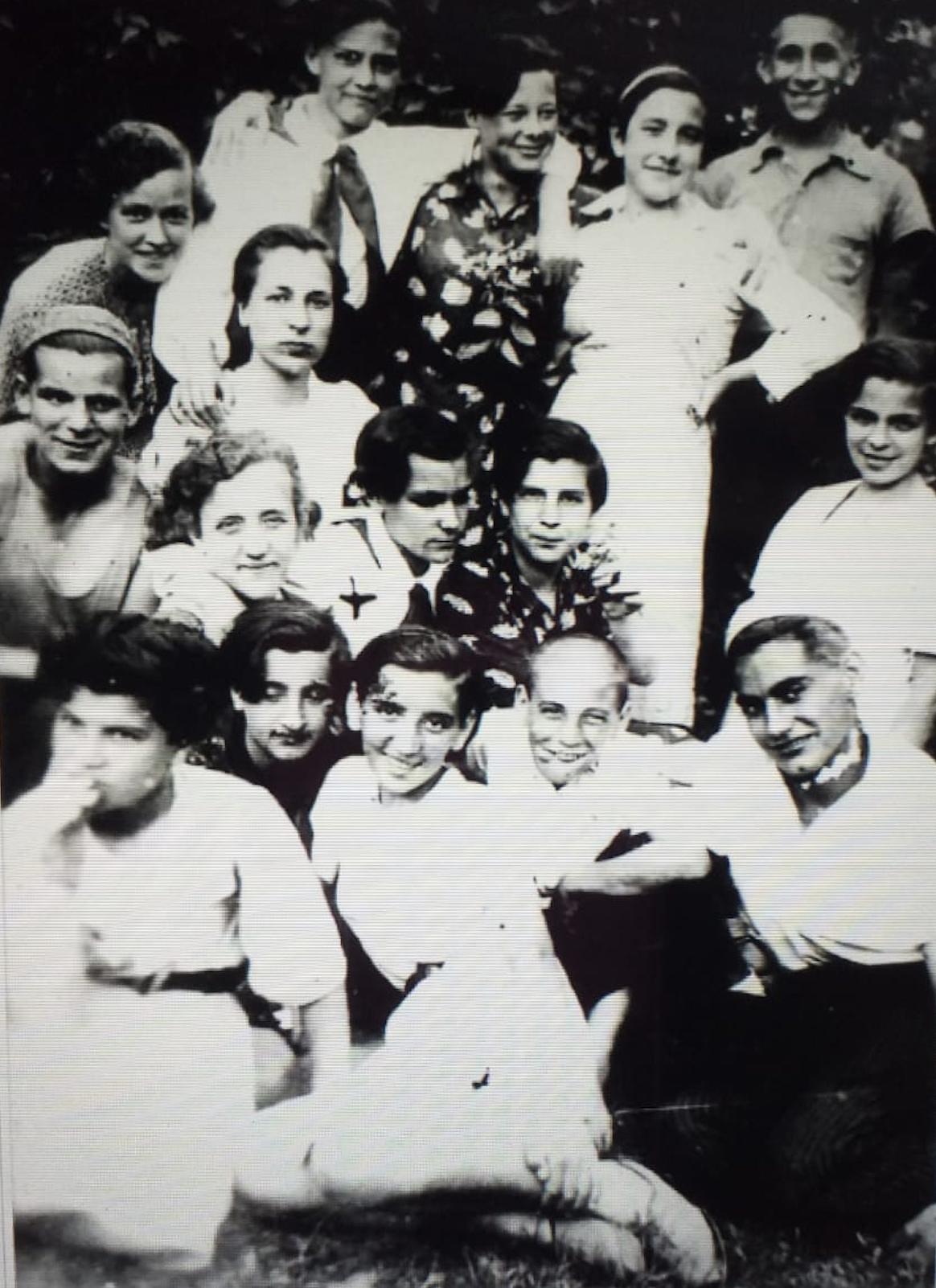 Grupo de niños de la Casa 13, Kíev. Abajo, a la izquierda (con la mano en la boca) Francisca Rueda Belmonte.