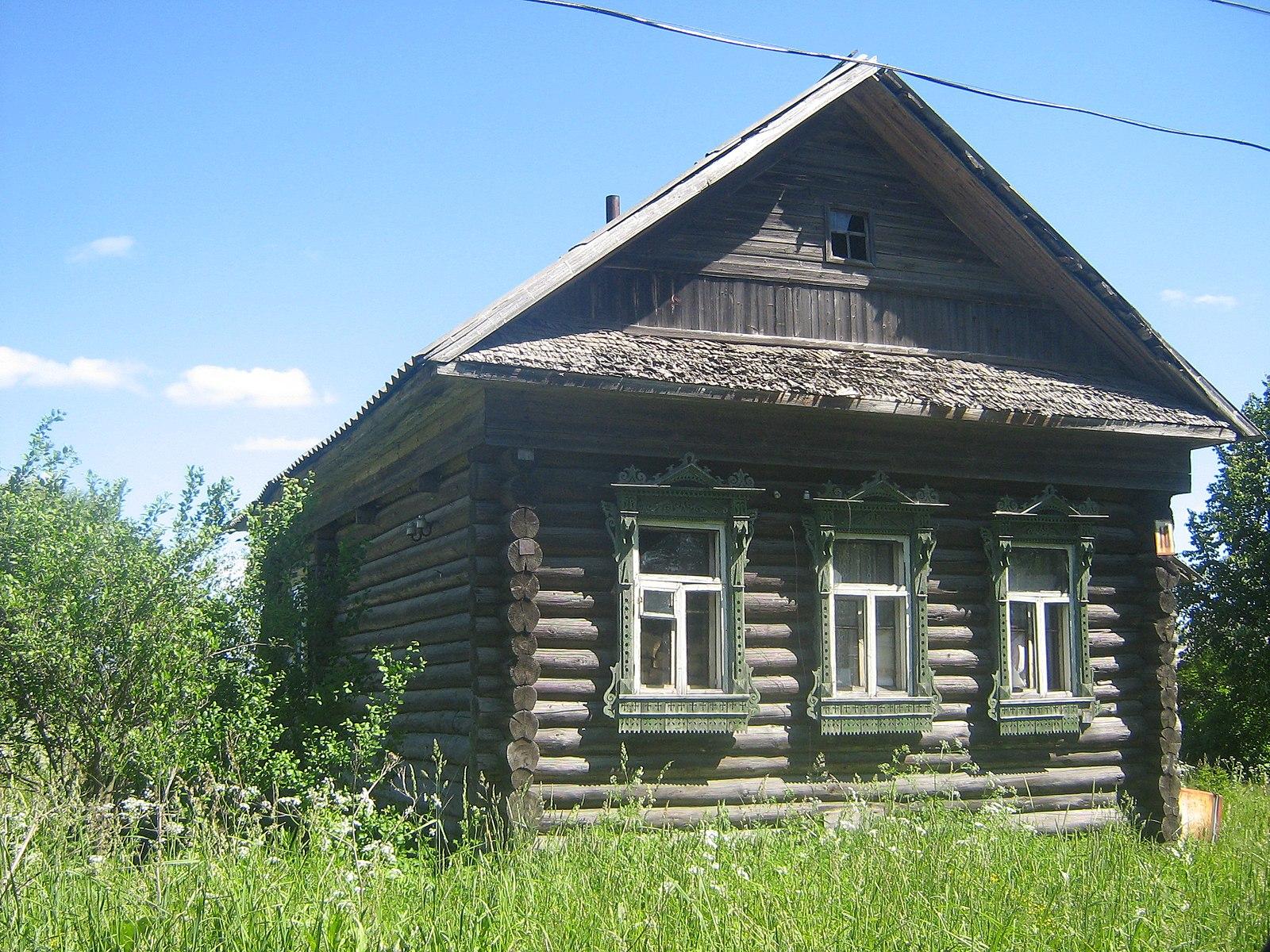 Izbá en Kushálino, óblast de Tver. Imagen: Лесной Волкen Wikipedia rusa.