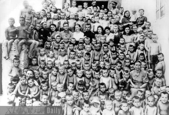 Niños y educadores de Jersón (sin confirmar su relación con los españoles)