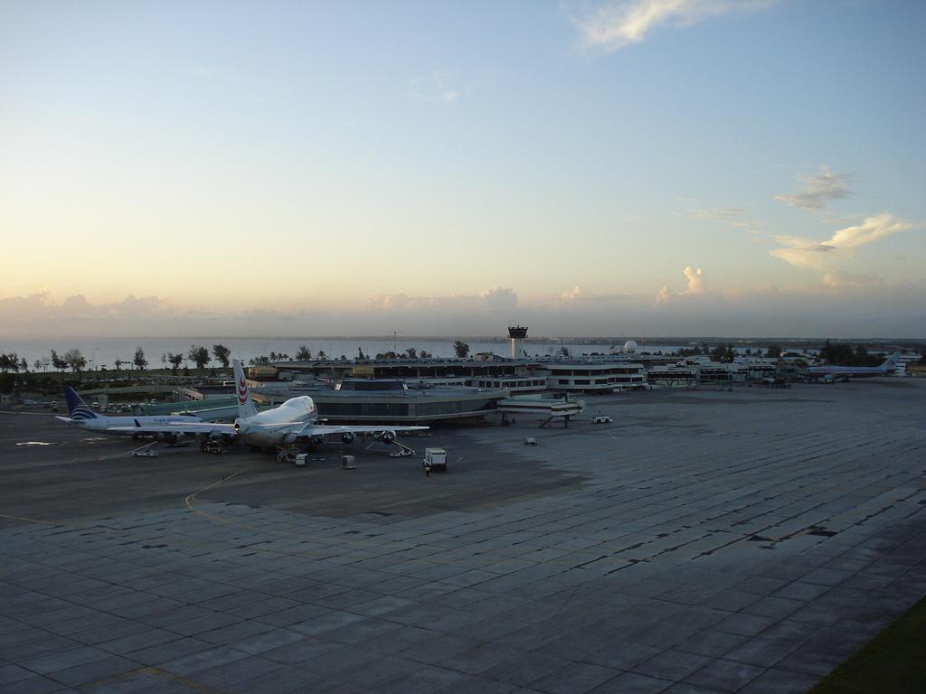 Aeropuerto de Las Américas, RD. Imagen: Lacreta, Wikipedia.