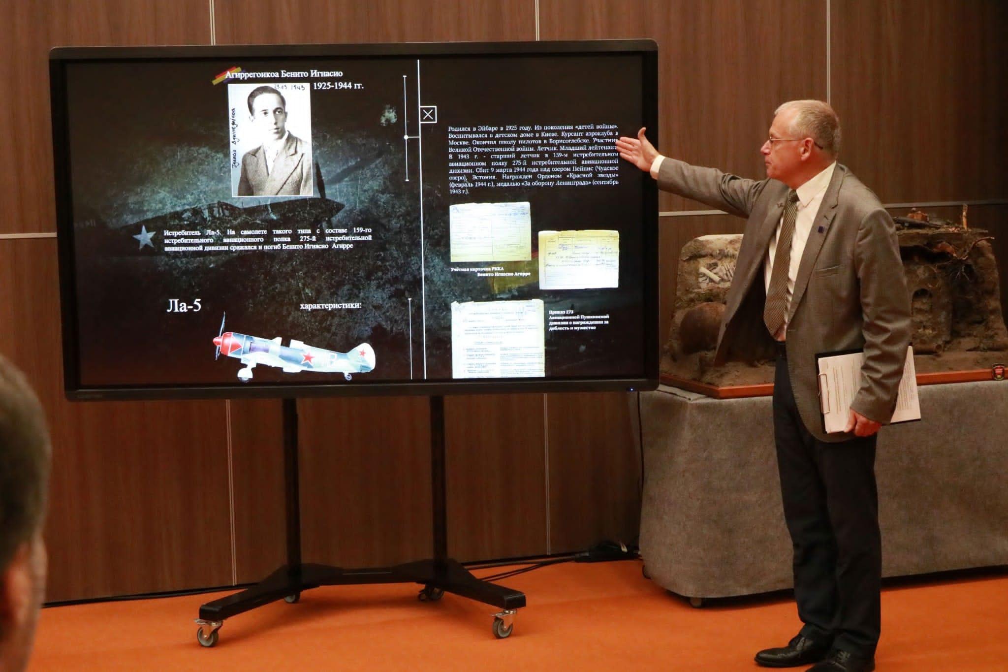 Exposición en San Petersburgo. Imagen del piloto de caza  Ignacio Aguirreikoa