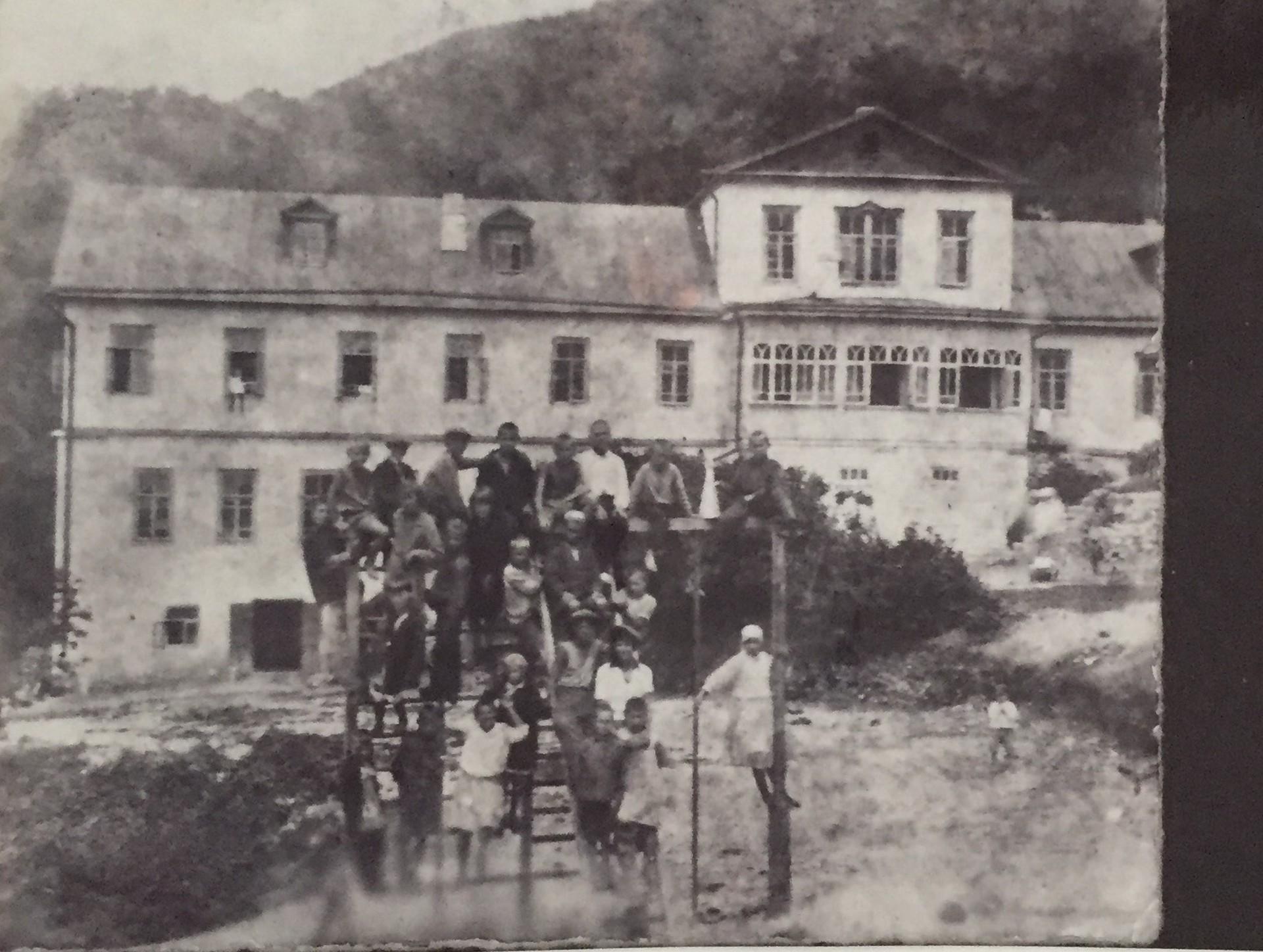 Grupo de pioneros (sin identificar) en la residencia de Beshtau. (Año desconocido).