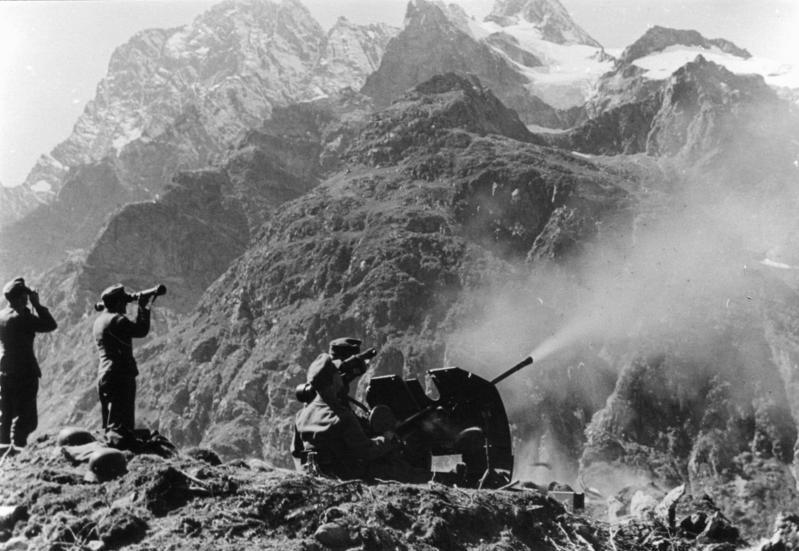 Unión Soviética, Cáucaso Central, Valle de Teberda. Cañón antiaéreo de 2 cm de las tropas (alemanas) de montaña. 24/9/1942. Fuente Wikimedia Commons.