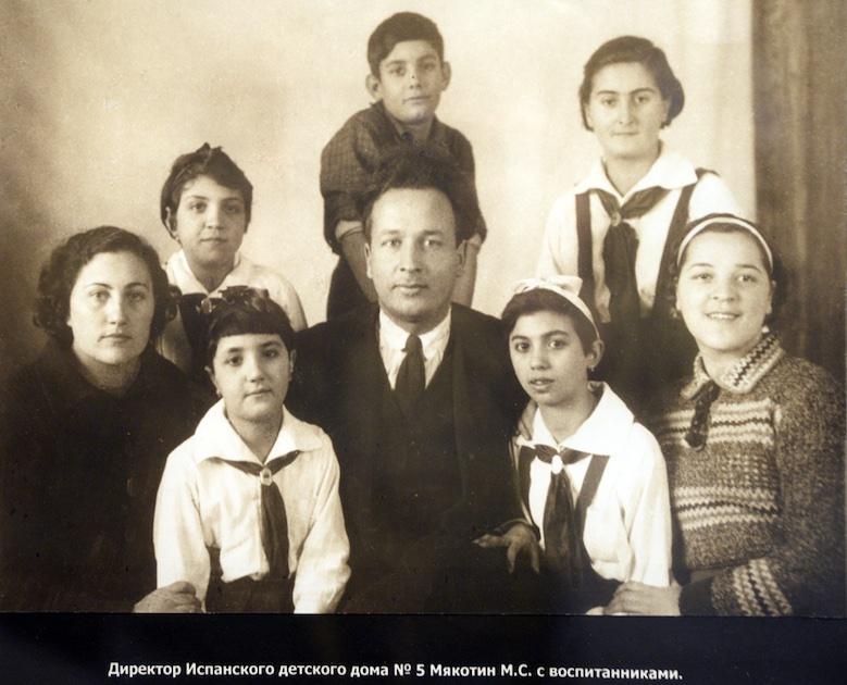 En el centro de la imagen, Mijail Stephanovich Miakotin, director de la Casa 5.