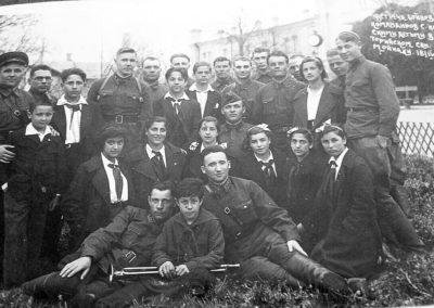 Encuentro entre oficiales y soldados con los niños/as españoles. Eupatoria, abril de 1940.