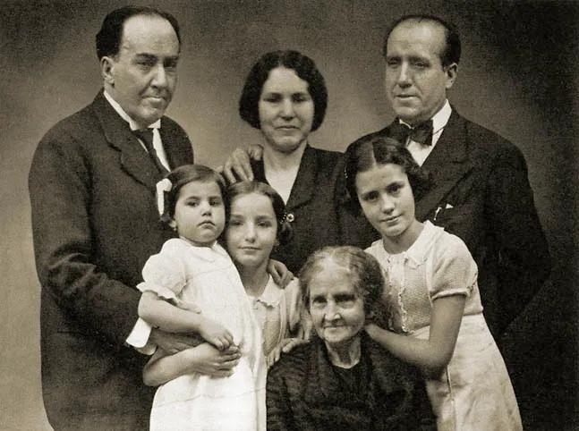 Antonio Machado, su madre Ana Ruiz, su hermano José y su esposa Matea y las tres hijas: Eulalia, María y Carmen, evacuadas a Rusia en 1938. Fuente: Revista Machadiana
