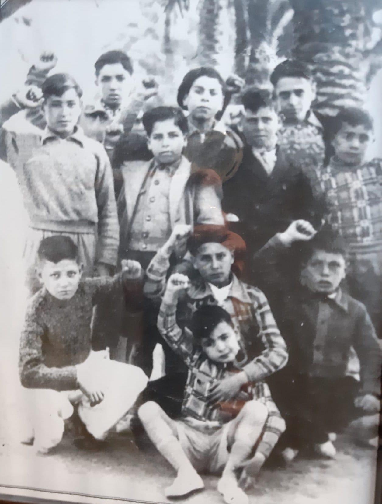 La Malvarrosa, Valencia, 1937. Grupo de Novelda antes de embarcar. Vicente Navarro Navarro es el primero en cuclillas por la izquierda, junto a su hermano Francisco, arriba del todo, por la izquierda, en tercera fila..
