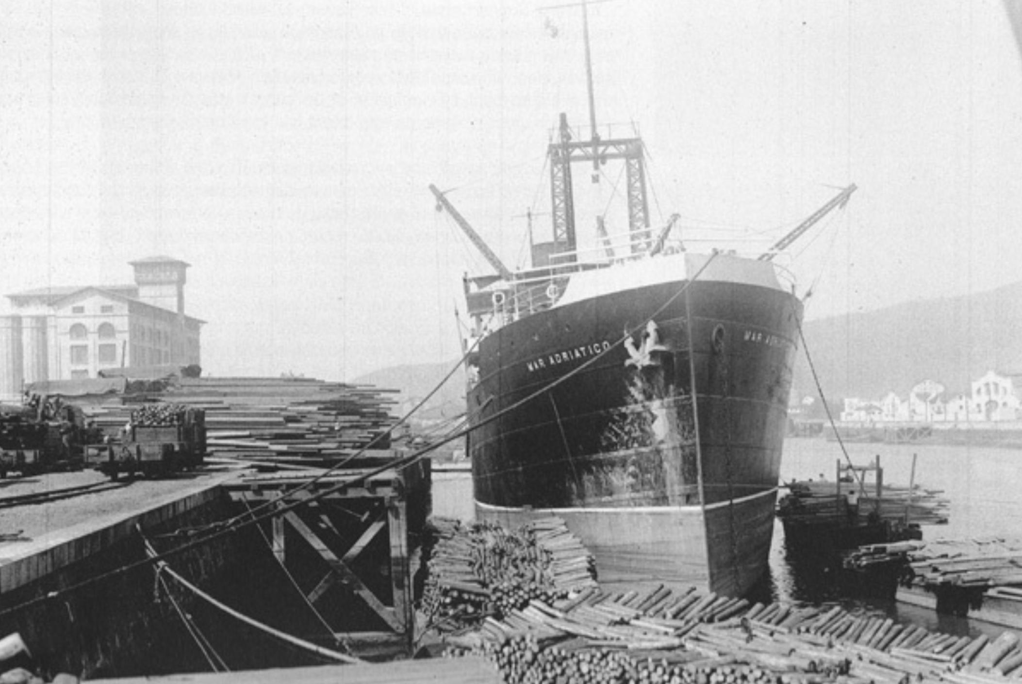 """""""Mar Adriático"""" descargando madera en Bilbao, antes de recibir el nombre """"Isla de Gran Canaria"""". Fuente: trasmeships.es"""